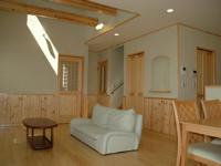 イサカホームの施工事例:吹抜けのある室内は、無垢材をふんだんに使用。壁は漆喰を使うなど自然素材にこだわっています。