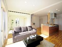 国分建設の施工事例:大開口の窓から太陽の光が入り明るいLDK。奥には琉球畳のおしゃれな和室スペースも。