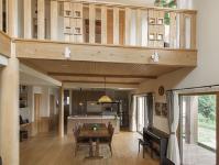 棟匠の施工事例:吹抜けのあるリビング。丸太の大黒柱やフォローリングなど木のぬくもりを一年中感じられそう。
